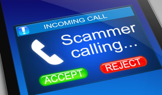 """""""Scammer calling"""" message on a smartphone screen"""