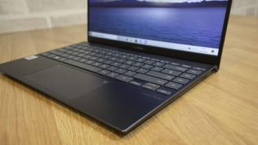 Asus ZenBook 14 UX425J keyboard closeup