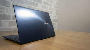 Asus ZenBook 14 UX425J rear logo