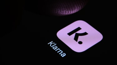 Finger about to press the icon for Klarna's mobile app
