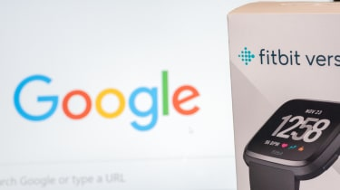 The box packaging of a Fitbit Versa device in front of a screen displaying the Google homepage