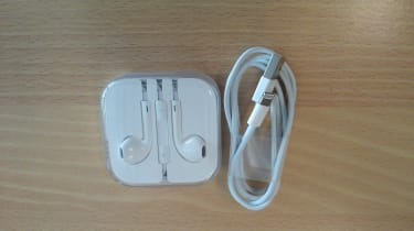 Apple iPhone 5 - Lightning connector and Earpods