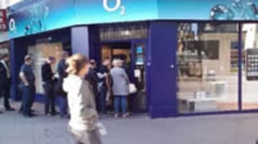 People queuing for iPhone 3GS outside O2 store